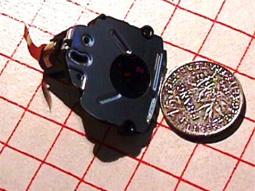 Photo du diaphragme de l'obturateur à coté d'une pièce de 1 franc