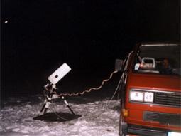 Photo d'une lunette astronomique avec la caméra CCD piloté à distance d'une voiture