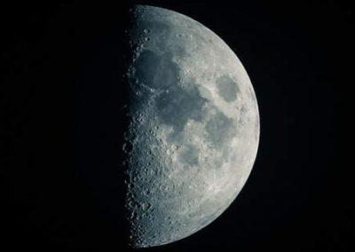 Photo de la lune dans sa phase de première moitié montante