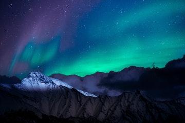 Photo d'aurores boréales sur des paysages montagneux